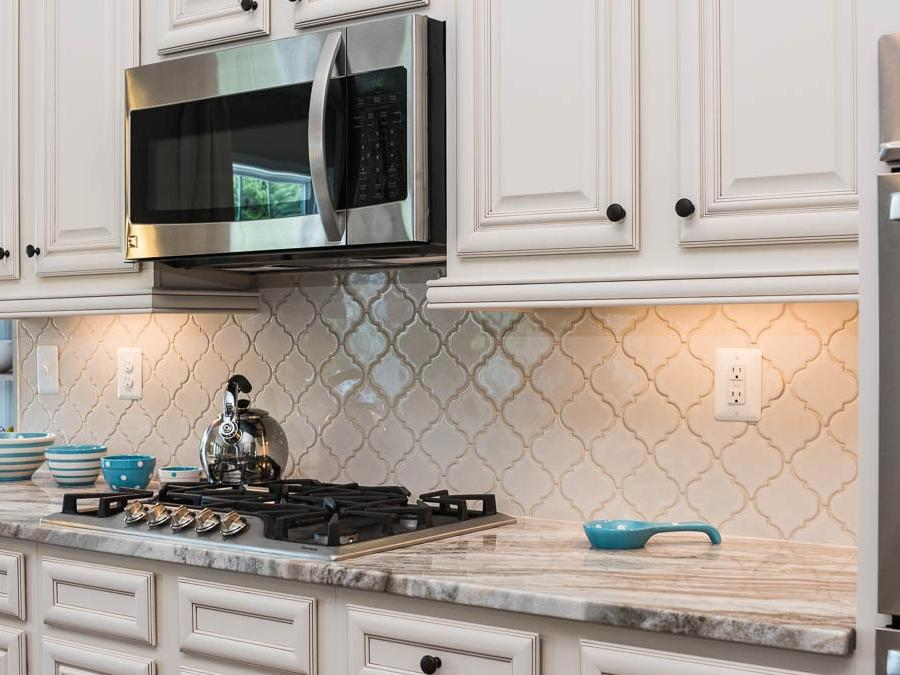 Tier 3 Antique White Arabesque Backsplash Tile makes cleaning up swift and easy in the Bridgewater II kitchen!